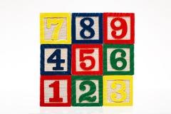 Blocs constitutifs en plastique empilés colorés de jouet avec l'isolat de nombres Image libre de droits