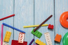 Blocs constitutifs en plastique multicolores du concepteur Fond des blocs constitutifs en plastique lumineux Photographie stock