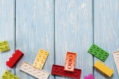 Blocs constitutifs en plastique multicolores du concepteur Fond des blocs constitutifs en plastique lumineux Photos stock