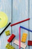 Blocs constitutifs en plastique multicolores du concepteur Fond des blocs constitutifs en plastique lumineux Images stock
