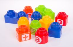 Blocs constitutifs en plastique ou blocs de couleur sur un fond Image stock