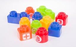 Blocs constitutifs en plastique ou blocs de couleur sur un fond Photographie stock libre de droits