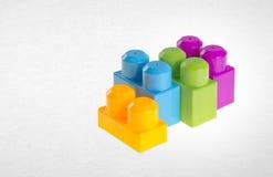 Blocs constitutifs ou blocs constitutifs en plastique sur le fond Image stock