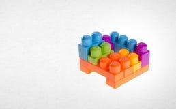 Blocs constitutifs ou blocs constitutifs en plastique sur le fond Photos stock