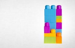 Blocs constitutifs ou blocs constitutifs en plastique sur le fond Photo libre de droits