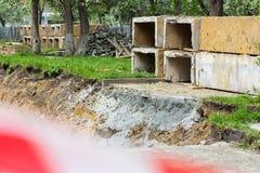 Blocs de béton à un chantier de construction R?paration de rue image libre de droits