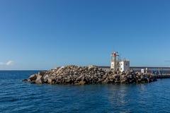 Blocs de brise-lames dans le port du Porto Rico, mamie Canaria, avec l'Océan Atlantique à l'arrière-plan Photo stock