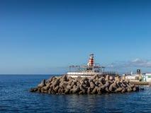 Blocs de brise-lames dans le port de Mogan, mamie Canaria, avec l'Océan Atlantique à l'arrière-plan Photographie stock libre de droits