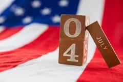 Blocs de date sur le drapeau américain avec le thème du 4 juillet Image libre de droits
