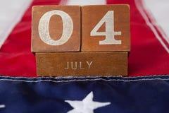 Blocs de dates sur le drapeau américain avec le thème du 4 juillet Photographie stock libre de droits