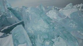 Blocs de glace bleue sur la neige clips vidéos
