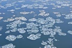 Blocs de glace sur la rivière Photographie stock
