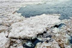 Blocs de glace sur la rivière image stock