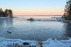 Blocs de glace sur le lac de congélation au crépuscule Photographie stock
