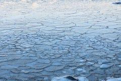 Blocs de glace sur le lac de congélation au crépuscule Image libre de droits