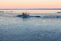 Blocs de glace sur le lac de congélation au crépuscule Images stock