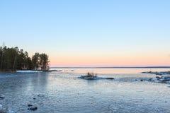 Blocs de glace sur le lac de congélation au crépuscule Photo libre de droits