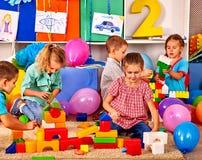 Blocs de jeu d'enfants de groupe sur le plancher Photographie stock libre de droits