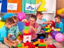 Blocs de jeu d'enfants de groupe sur le plancher Photographie stock