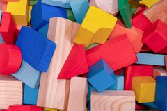 Blocs de jouets, brique de construction en bois multicolore photographie stock