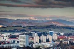 Blocs de tour de Banska Bystrica et basse chaîne neigeuse Slovaquie de Tatra Photographie stock