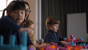 Blocs divers de jouet de construction de bâtiments d'enfants clips vidéos