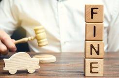 Blocs en bois avec l'amende de mot, voiture en bois et juge Violation des lois du trafic Pénalité comme punition pour un crime et image libre de droits
