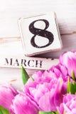 Blocs en bois avec la date du jour des femmes internationales, le 8 mars Photo libre de droits