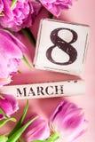 Blocs en bois avec la date du jour des femmes internationales, le 8 mars Images libres de droits