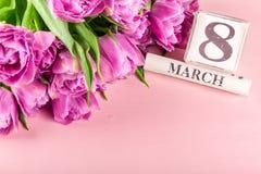Blocs en bois avec la date du jour des femmes internationales, le 8 mars Photographie stock