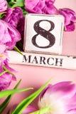 Blocs en bois avec la date du jour des femmes internationales, le 8 mars Image stock