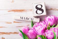 Blocs en bois avec la date du jour des femmes internationales, le 8 mars Images stock
