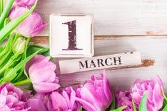 Blocs en bois avec la date telle que le 1er mars Photos libres de droits