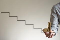 Blocs en bois avec la forme de l'homme marchant vers le haut des escaliers Photo libre de droits