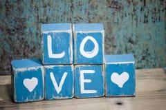 Blocs en bois bleus d'amour avec des coeurs Images libres de droits