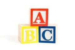Blocs en bois d'ABC empilés verticalement Photographie stock libre de droits