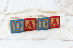Blocs en bois d'alphabet sur l'édredon Dada de orthographe Image libre de droits