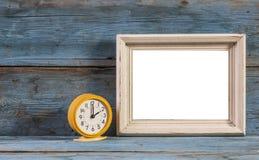 Blocs en bois de cadre vide avec le réveil de vintage Image libre de droits