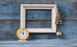 Blocs en bois de cadre vide avec le réveil de vintage Photos stock