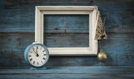 Blocs en bois de cadre vide avec le réveil de vintage Images libres de droits