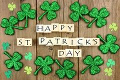 Blocs en bois de jour heureux de St Patricks avec des oxalidex petite oseille sur le bois rustique illustration stock
