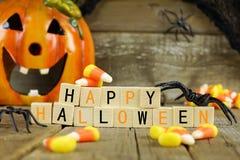 Blocs en bois heureux de Halloween avec les bonbons au maïs et le décor Image libre de droits