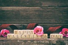 Blocs en bois heureux de jour de valentines au-dessus de bois rustique, dénommer de vintage Photos stock