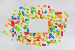 Blocs et briques multicolores de jouets photo stock