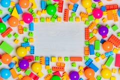 Blocs et briques multicolores de jouets photo libre de droits