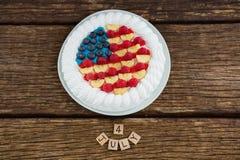 Blocs et gâteau de fruits secs de date sur la table en bois avec le thème du 4 juillet Images stock