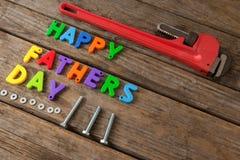 Blocs et outils manuels heureux de jour de pères sur la planche en bois Images libres de droits