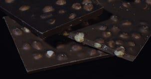 Blocs foncés de chocolat avec cuisson en gros plan lente de détails d'écrous la macro Perspective faite de barres de chocolat clips vidéos
