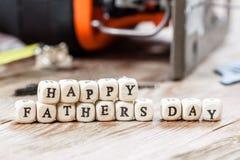 Blocs heureux de jour de pères sur un fond en bois rustique Photographie stock libre de droits