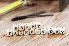 Blocs heureux de jour de pères sur un fond en bois rustique Image libre de droits